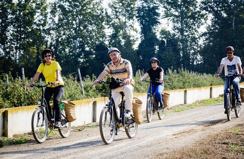 Entspannt radeln: E-Bike-Fahrer sollten dennoch auf den richtigen Schutz achten.