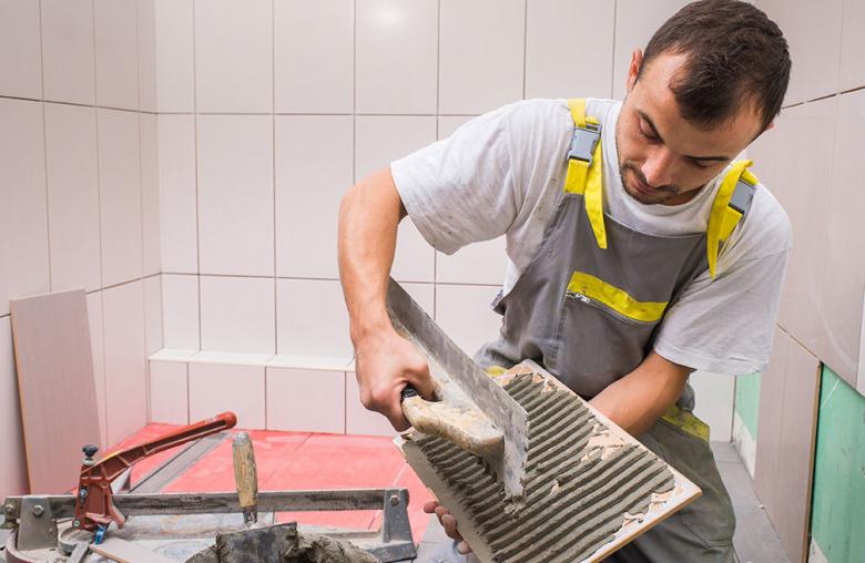 Ob Fliesenleger oder Sanitärinstallateur – auch in diesem Jahr bezahlt der Handwerkerbonus 20 Prozent der eingereichten Rechnung.
