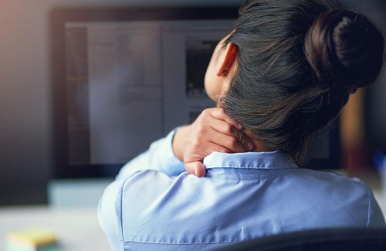 Erschöpfung und eine anhaltende Müdigkeit sind häufig die ersten Symptome eines Burnouts.
