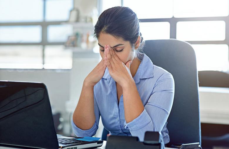 Wer nur noch schwer aus dem Bett kommt und den Arbeitstag kraft- und antrieblos angehen kann, sollte mit einem Arzt sprechen und darüber nachdenken, ob er ein Burnout ansteuert.