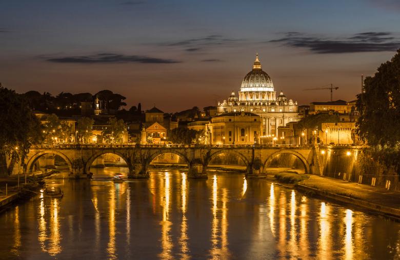 Bei Tag und bei Nacht: Der Petersdom prägt die Kulisse Roms.