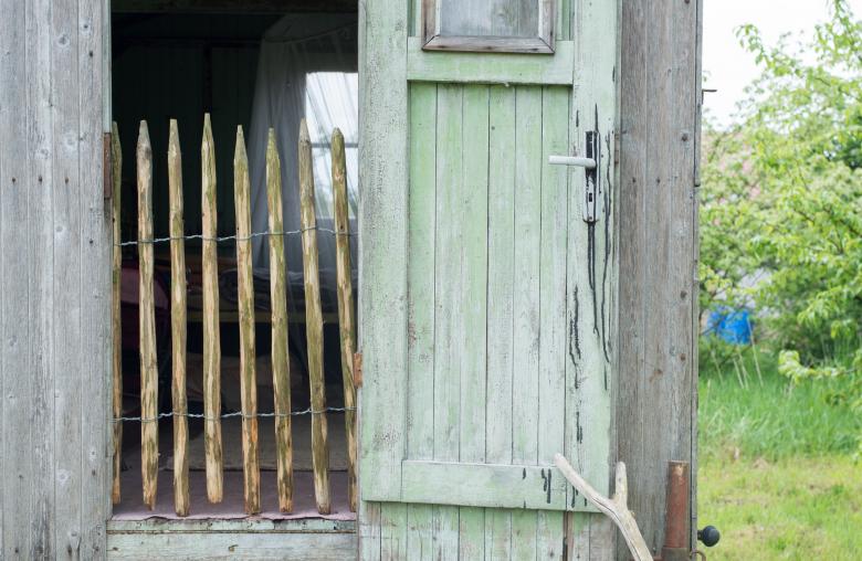 Staketenzäune eignen sich gut als Abtrennung für Tiere sowie den Gartenteich.