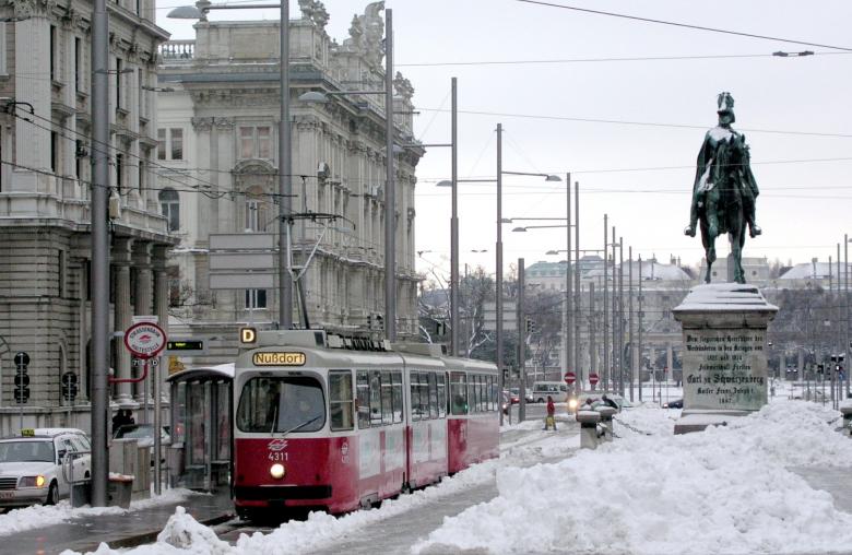 Die Wiener Tram ließ sich von den Temperaturen wie hier am Schwarzenbergplatz nicht beeindrucken.