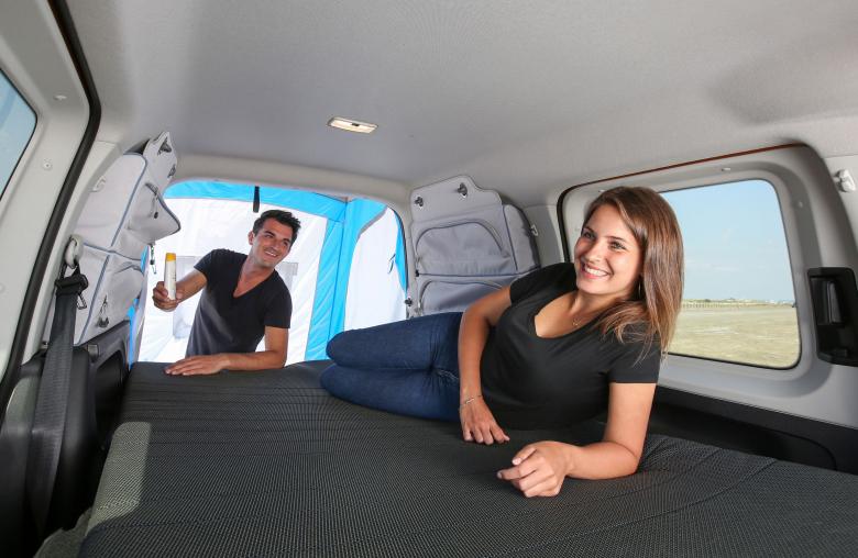 Vergleichsweise günstig: Für den VW Caddy gibt es ein passgenaues Klappbett.