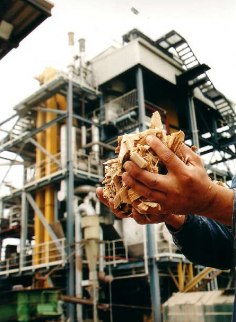 Weltweites Vorbild: das Biomasse-Kraftwerk (l.) und die Methanisierungsanlage (r.) in Güssing