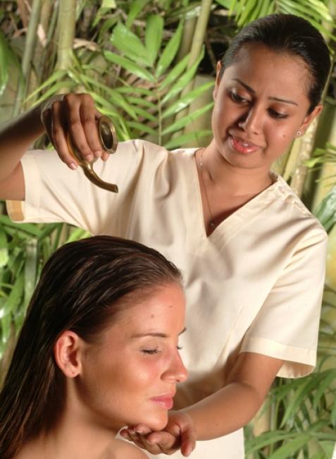 In Indien oder Sri Lanka gibt es täglich vier bis fünf Ayurveda-Behandlungen. So kommen rund drei Stunden pro Tag zusammen.