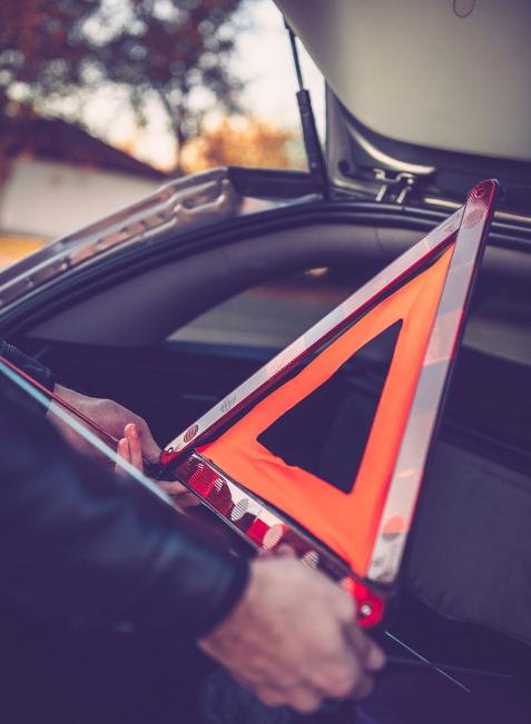 Ein Warndreieck gehört ebenso ins Auto wie ein Verbandskasten.