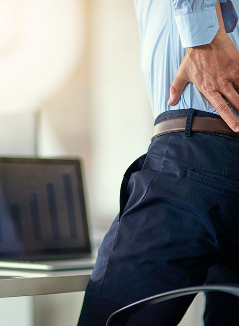 Jeder Burnout-Patient kann die unterschiedlichsten Symptome aufweisen. Dazu können auch körperliche Beschwerden wie Rückenschmerzen zählen.